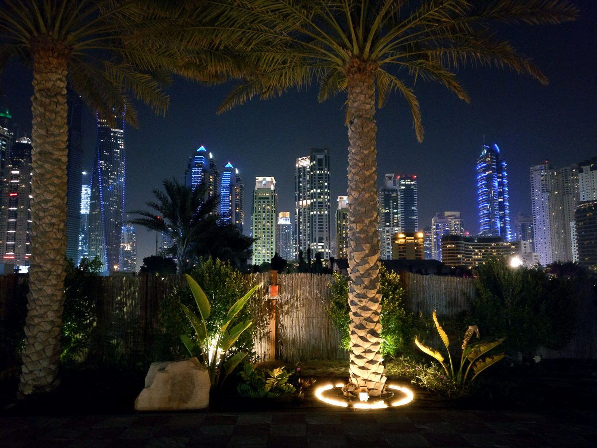 Dubai yöllä Jumeirah Beachilta katsottuna