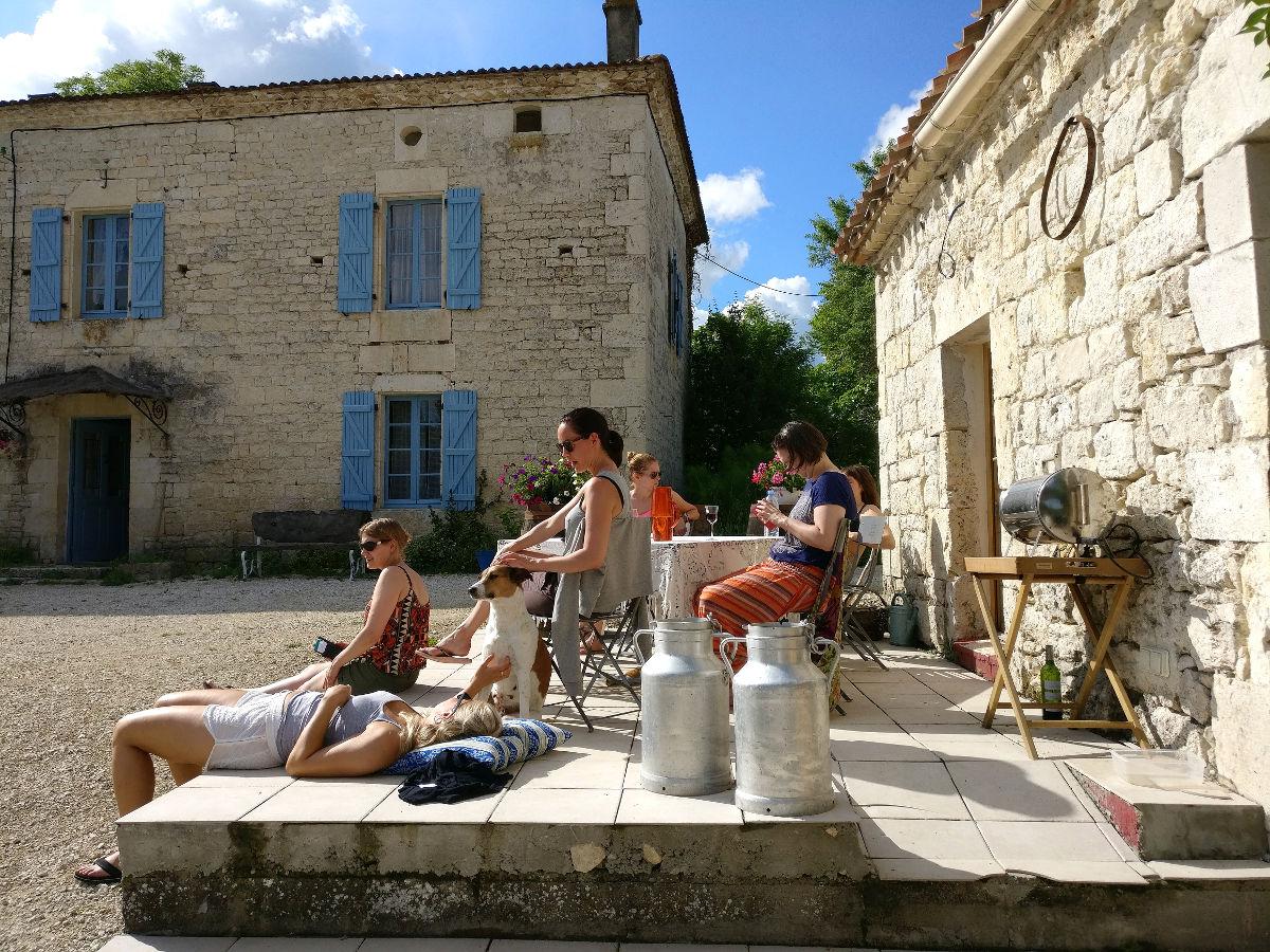 Seikkailijattaret Ranskassa, Happy Hamlet