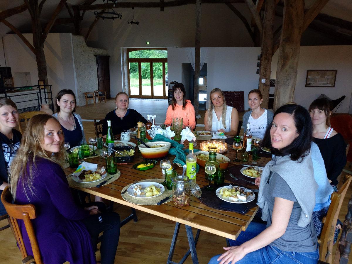 Seikkailijattaret Ranskassa illallisella
