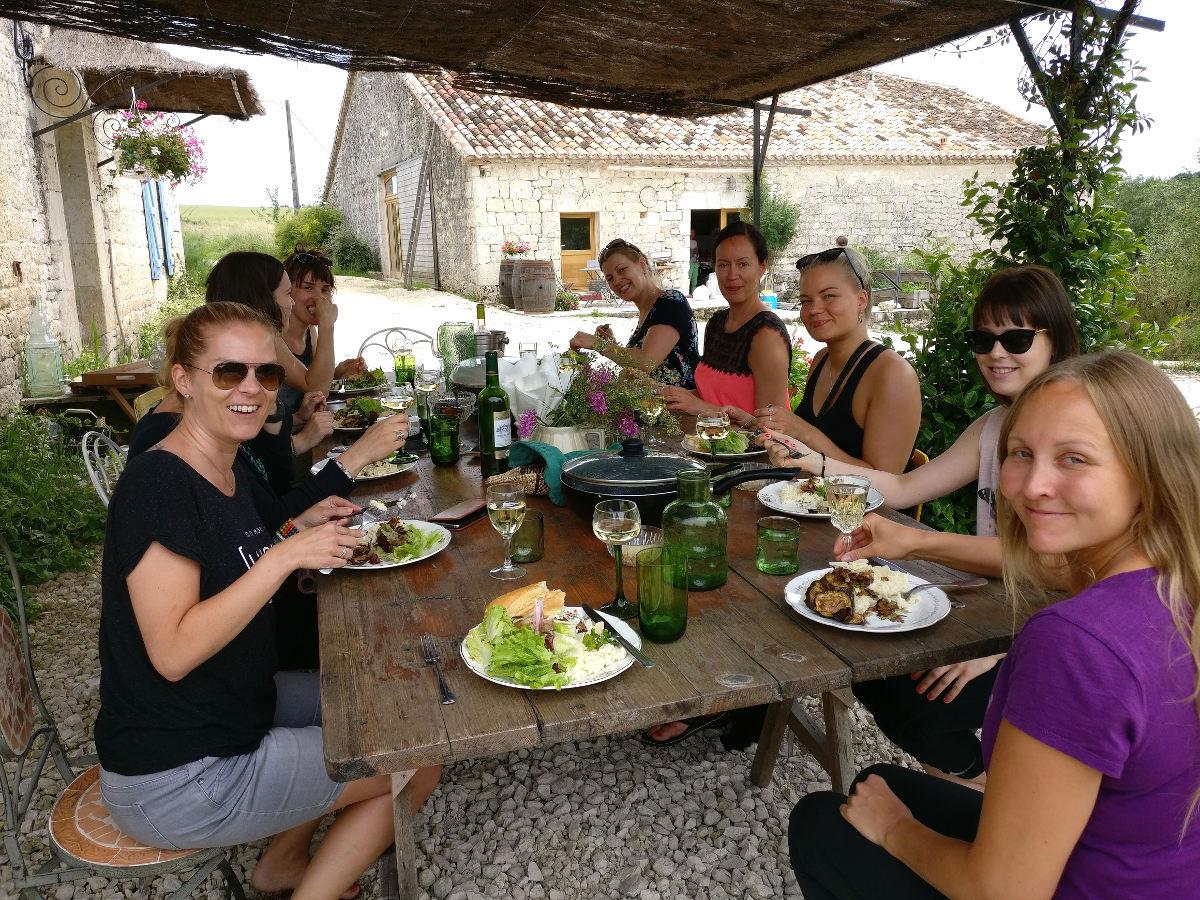 Seikkailijattaret Ranskassa lounaalla, Happy Hamlet
